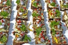 Arenques Báltico em fatias de pão fotos de stock