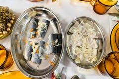 Arenques conservados com a cebola na bacia na tabela foto de stock royalty free
