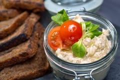 Arenques de Forshmak con el tomate y la tostada Foto de archivo libre de regalías