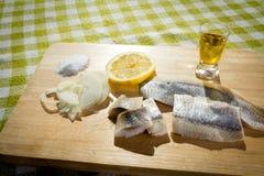 Arenques del prendedero con la cebolla y el limón Fotos de archivo