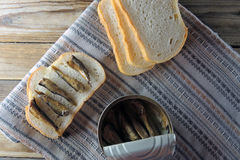 Arenques pequenos e pão Fotografia de Stock