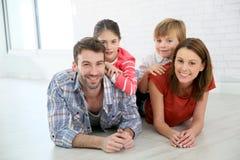 Arents und Kinder, die zuhause auf dem Boden aufwerfen Lizenzfreies Stockfoto