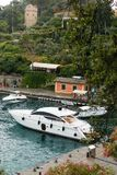 Arenzano, Italië, 11 Juli, 2017: Bootparkeren op een blauwe water en hemelachtergrond, Portofino, Italië Populaire toerist royalty-vrije stock afbeelding