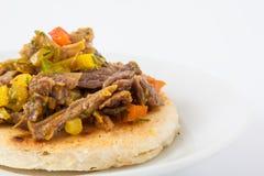 Arepa που ολοκληρώνεται κολομβιανό με το τεμαχισμένο βόειο κρέας Στοκ εικόνα με δικαίωμα ελεύθερης χρήσης