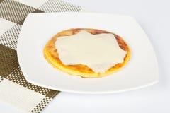 Arepa del cereale con il formaggio della mozzarella Fotografia Stock Libera da Diritti