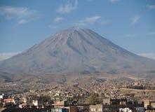 arequipa有薄雾的秘鲁火山 免版税库存图片