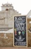 AREQUIPA, PERÙ - 7 GENNAIO 2017: Bordo di happy hour con il wr del testo Fotografia Stock Libera da Diritti