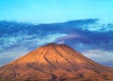 Arequipa, Perú con su volcán icónico Chachani en backgroun foto de archivo libre de regalías