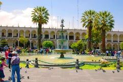 AREQUIPA PERU - FEBRUARI 04: Oidentifierade lokaler på strömförsörjningen pl Arkivfoton