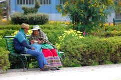 AREQUIPA PERU - JANUARI 6: Oidentifierade Quechua par som äter s Royaltyfria Foton