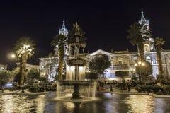 AREQUIPA PERU - MAJ 06, 2016: Koloniinvånarehus på Plaza de Armas Royaltyfri Foto