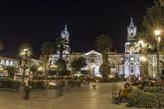 AREQUIPA PERU - MAJ 06, 2016: Koloniinvånarehus på Plaza de Armas Royaltyfri Bild