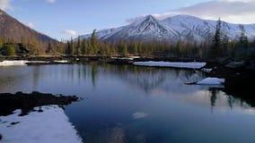 Arerial站立在野营的积雪覆盖的山前面的射击了游人 股票录像