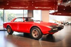 Arese, Itália - modelo de Romeo Alfetta Spider-Coupe do alfa na exposição no museu histórico Alfa Romeo fotos de stock