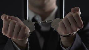 Aresztujący biznesmen w cela więzienna seansie zakłada kajdanki zbliżenie, pieniężny oszustwo zbiory wideo