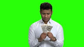 Aresztuj?cy m??czyzna trzyma dolarowych banknoty w kajdankach zdjęcie wideo