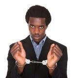 Aresztujący mężczyzna Z Kajdanowymi rękami Fotografia Royalty Free