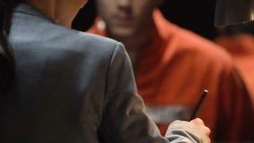 Aresztujący męski nerwowy podczas przestępstwo dyskusi z oficerem śledczym, dochodzenie zbiory