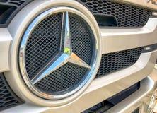 AREZZO, ITÁLIA - 20 DE JANEIRO DE 2016: Mercedes Benz Sign Close-Up Merce Imagens de Stock Royalty Free