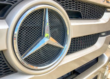 AREZZO, ITALIA - 20 DE ENERO DE 2016: Mercedes Benz Sign Close-Up Merce Imágenes de archivo libres de regalías
