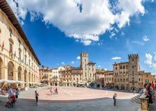 AREZZO, ITALIA - JUNIO DE 2015: Piazza Grande con los turistas Arezzo i fotografía de archivo libre de regalías