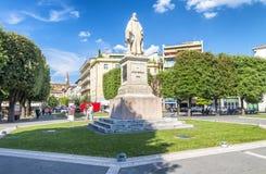 AREZZO, ITALIA - MAYO DE 2015: Guido Monaco Square con los turistas sea fotos de archivo