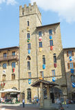 AREZZO, ITALIEN - MAI 2015: Piazza Grande -Quadrat mit Touristen AR stockfotos