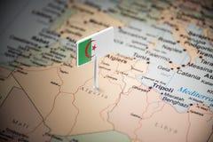 Argélia identificou por meio de uma bandeira no mapa fotografia de stock royalty free