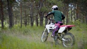 Arg cykel i handling Cyklistridning i den skogAv-väg ridningen stock video