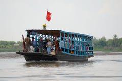 Arg flod för folk med den lokala färjan på den Mekong deltan i Cai Be, Vietnam Royaltyfri Foto
