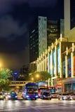 Arg gata för Upper med biltrafik i den Kina staden Singapore Royaltyfria Bilder