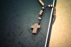 Arg halsband för kristen på boken för helig bibel, conc Jesus religion arkivfoton