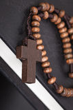 Arg halsband för kristen på boken för helig bibel, conc Jesus religion royaltyfri foto