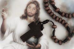 Arg halsband för kristen på boken för helig bibel, conc Jesus religion royaltyfria foton