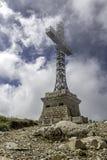 Arg monument för Caraiman hjältar i Bucegi berg, Rumänien Royaltyfri Fotografi