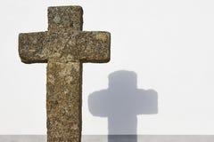 Arg och vit väggbakgrund för forntida kristen sten Copyspa arkivfoton