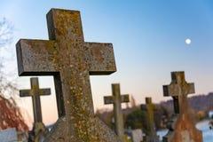 Arga gravstenar för kors i en kyrkakyrkogård fotografering för bildbyråer