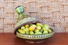 Argan καρύδια σε ένα πράσινο πιάτο. Στοκ εικόνα με δικαίωμα ελεύθερης χρήσης