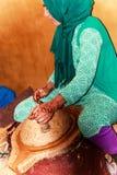 Argan женского работника меля чокнутый Стоковые Изображения