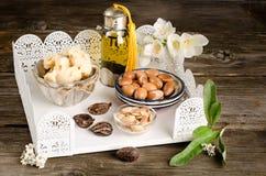 Argan olie en vruchten met Sheaboomboter en noten stock fotografie