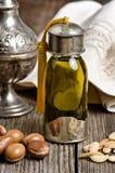 Argan olie met vruchten stock afbeelding