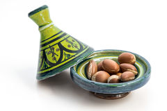 Argan zaden in Tajin stock afbeelding