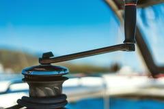 Argano dell'yacht con la maniglia fotografia stock