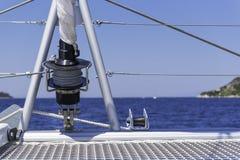 Argano della vela sul catamarano Fotografie Stock Libere da Diritti