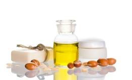 Arganschmieröl mit kosmetischen Produkten und Früchten Lizenzfreie Stockfotografie