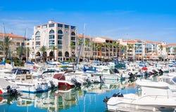 ARGELES SUR MER, FRANCIA - 9 LUGLIO 2016: La residenza Mer ed il porto Argeles del golf è messa nell'area della spiaggia di Argel Fotografia Stock Libera da Diritti