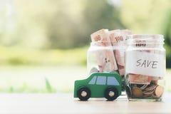 Argent économisant de finances et de prêt automobile pour une voiture images libres de droits