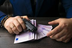 Argent, armes démontrant le concept d'un bandit Activité terroriste photo libre de droits