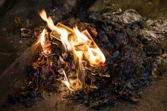 Argent brûlant - 100 billets de banque américains du dollar en flammes Images stock
