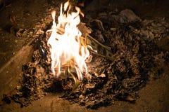 Argent brûlant - 100 billets de banque américains du dollar en flammes Image libre de droits
